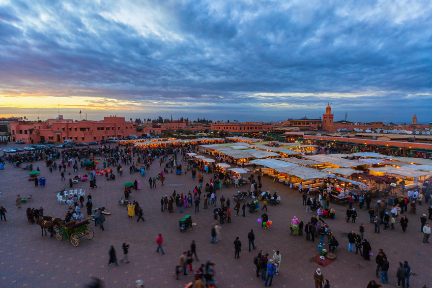 Place Jemaa El Fna Marrakech le soir, a l'entrée des Souks - Jemaa El Fnaa Square at Sunset, at the entrance of Souks