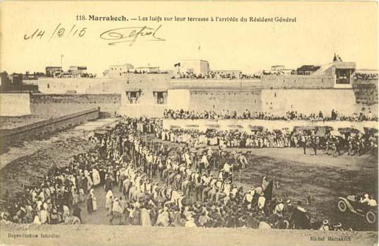 Juifs sur Terrasse a l arrivee du resident general a Marrakech en 1915