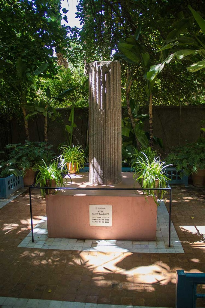 colonne memorial-yves-saint-laurent-jardin-majorelle-marrakech