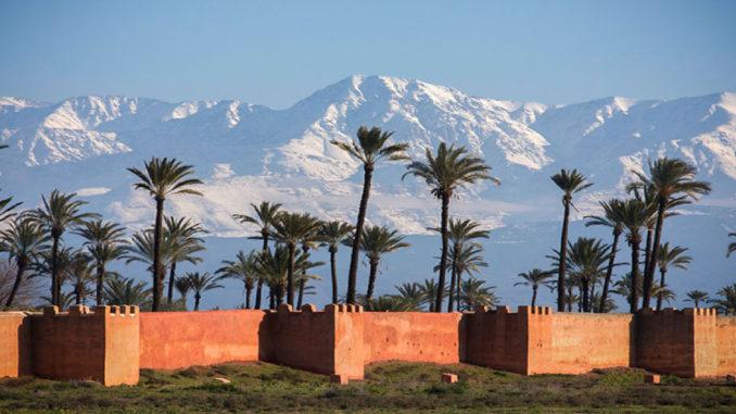 remparts fortifiés de marrakech agdal vue montagne Atlas enneigé