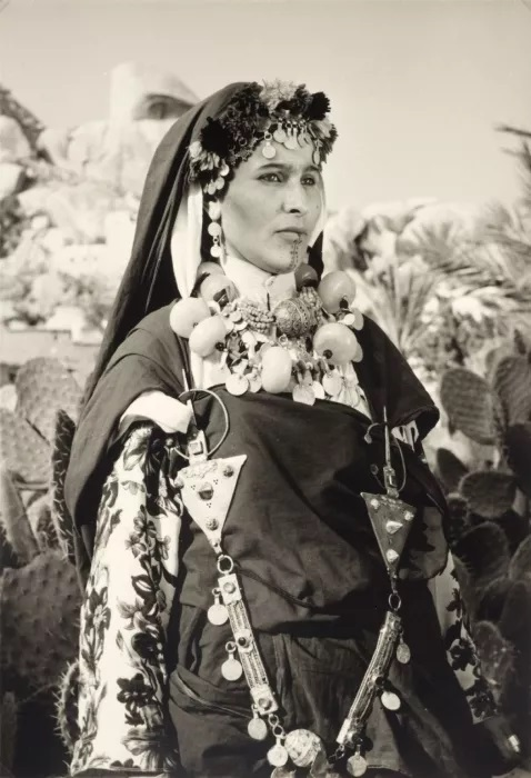Jeune femme chleuhe de l'Anti-Atlas (Berbères au Maroc) avec Tatouages et Bijoux. Début du XXe siècle
