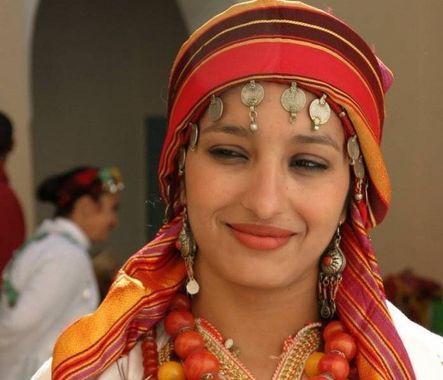 femme Amazigh en habit traditionnel Berbères au Maroc