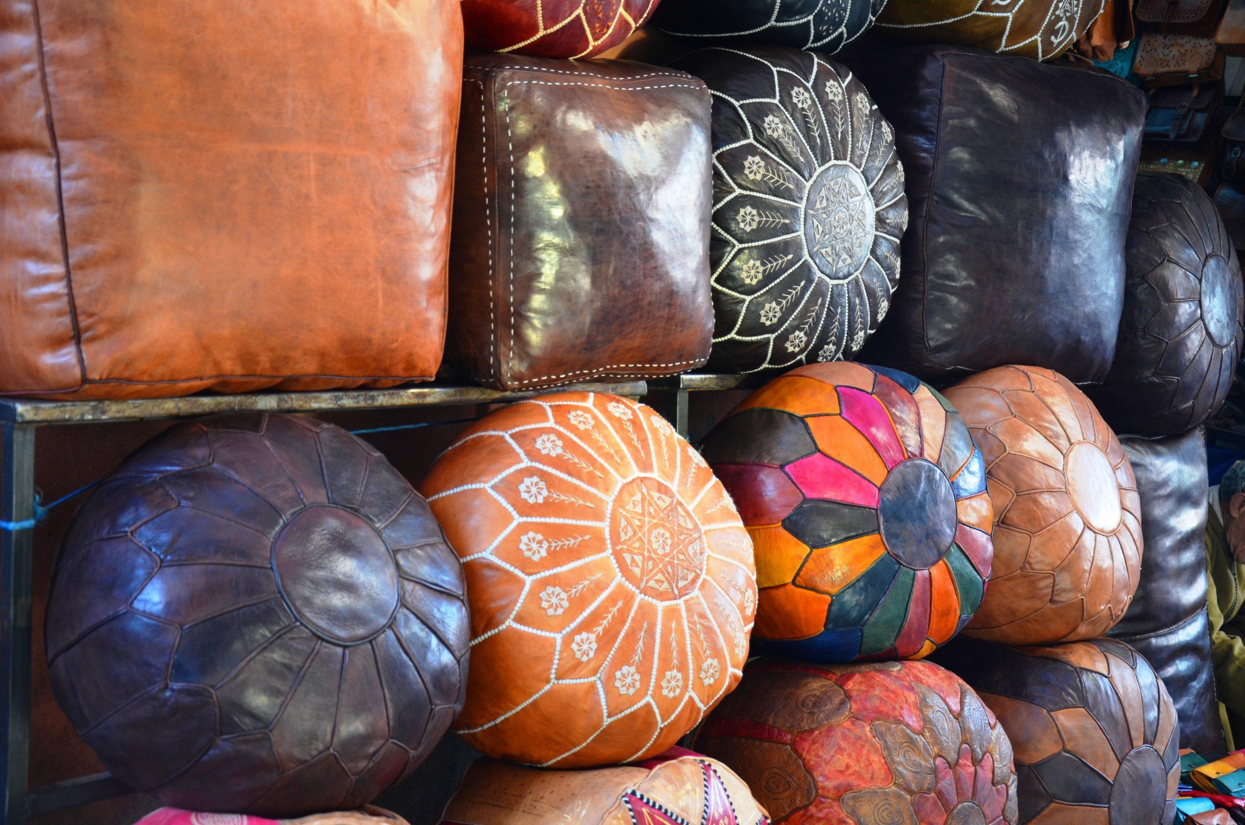 Negocier aux souks a Marrakech pouf